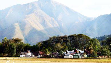 Dinding Kaldera Toba dan Perairan Timur Danau Toba