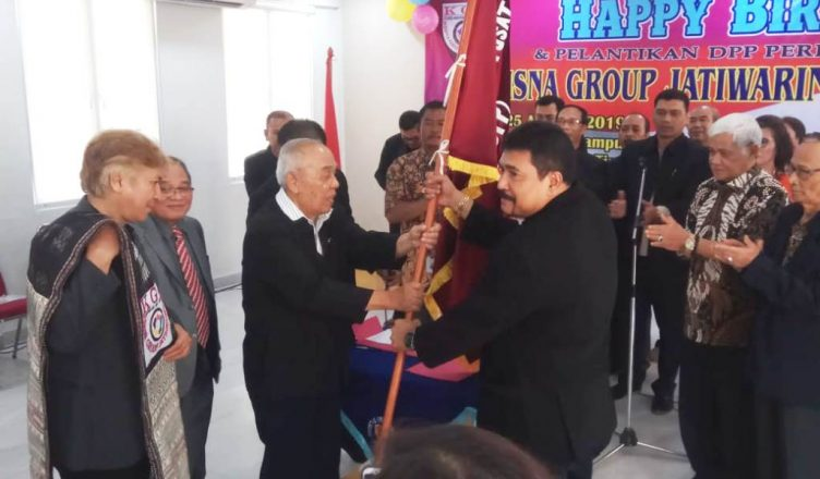 Foto: Prof. Dr. MH. Matondang, SE, MA (tengah) serahkan bendera pataka DPP KGJ kepada Maydin RH Sitanggang, SE., MM (kanan) disaksikan Danny PH Siagian, SE.,MM (kiri)