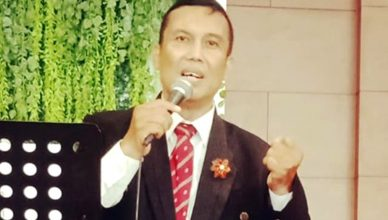 Foto: Alm. Obed Hutabarat, Penyanyi Rohani dalam sebuah acara pelayanan gereja