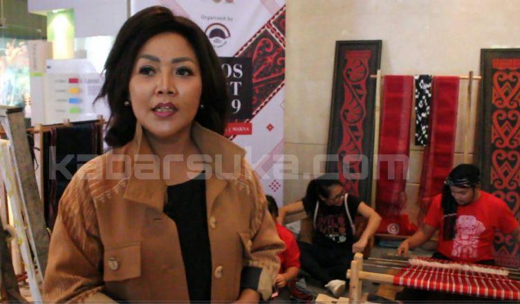 Satika Simamora Angkat Produktivitas Penenun Ulos