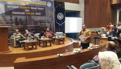 Foto: Dr. Ir. Mangasi Panjaitan, ME, mantan Rektor Universitas Mpu Tantular saat presentasi di Seminar