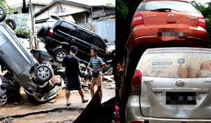 Mobil-mobil warga yang saling tumpang-tindih usai banjir