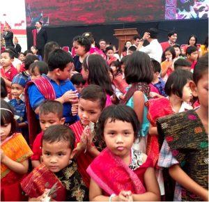 Anak-anak ikut manortor di Bona Taon Sirajanabarat
