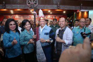 Bamsoet (kanan) bersama Bupati Taput, Nikson Nababan dan jajaran