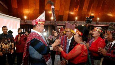 Terima Tanda Kehormatan Adat Batak, Ketua MPR RI Harap Dapat Memajukan Kebudayaan Nasional