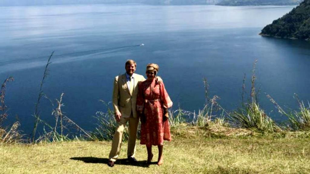 Raja Belanda Willem Alexander dan Ratu Maxima berfoto ria di Danau Toba