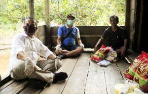 Foto: DPC FBBI Muba membagikan sembako kepada warga