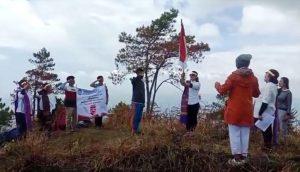 Lima Srikandi FBBI Sumut Kibarkan Sang Merah Putih di Puncak Gunung Pusuk Buhit